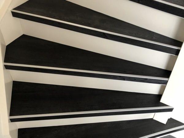 Pvc in een antraciet look met witte stootborden